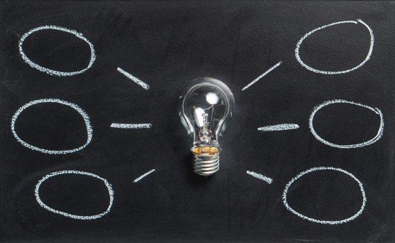 idées et réflexions avec ampoule sur fond noir